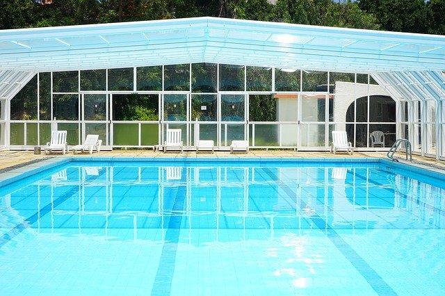 lehátka u plaveckého bazénu.jpg