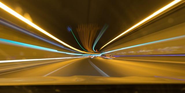 světla aut v tunelu