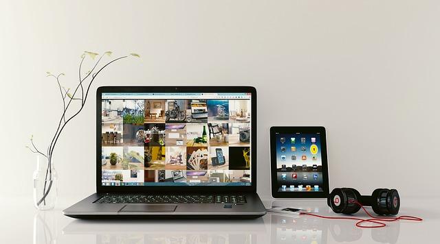 laptop, tablet a sluchátka