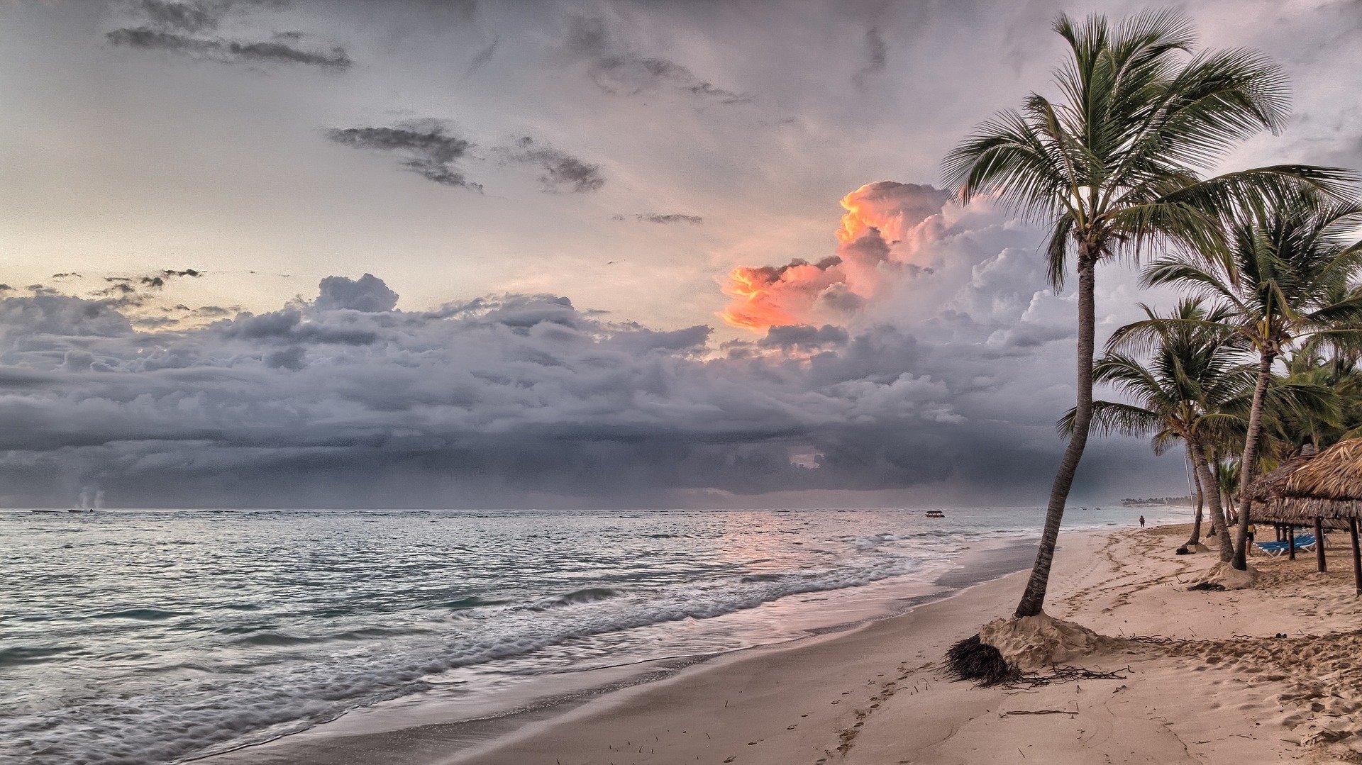 pláž a západ slunce